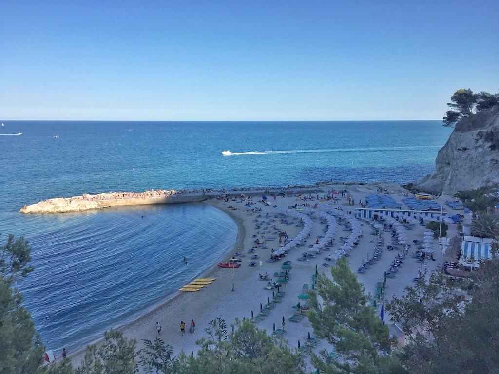 Sirolo, la pittoresca Spiaggia Urbani